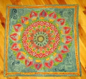 tapis rug hooking laine teinte à la main réalisé par Anne-Lise Bresson