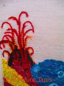 détail à l'envers d'un tapis sans dessin en speed hook laine en cours.